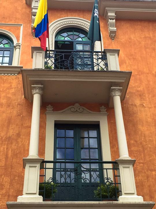 bogota-janela-bandeira
