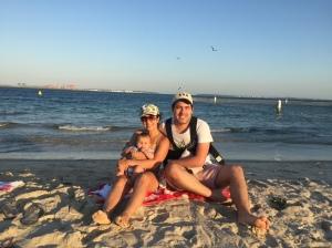 familia viajante praia