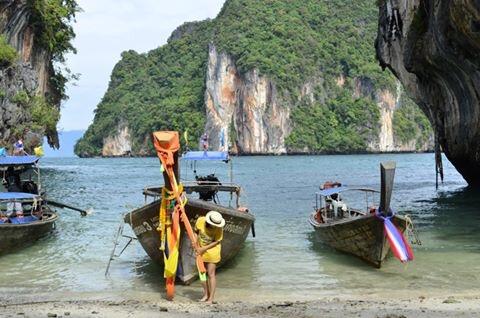 barcos na tailandia com pessoa